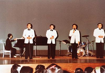 当時のアルバムより、ダークダックスのステージ写真。