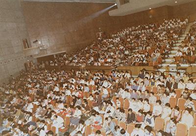 春日井市民会館内は満員です。